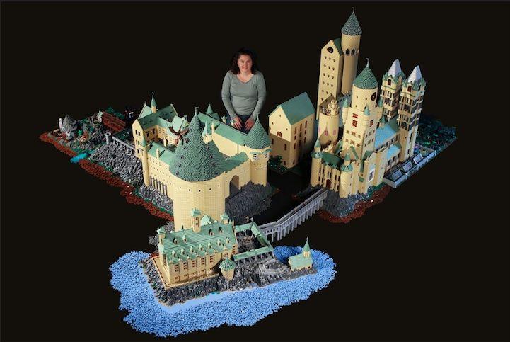 Vrouw bouwt kasteel van Harry Potter na met 400.00 Lego blokken