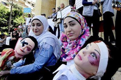 Líbano: Cientos de mujeres protestaron contra la violencia de género en Beirut El último feminicidio en el país ocurrió hace dos semanas, cuando Sara al Amin fue asesinada a tiros por su pareja. EFE | Perú21, 2015-05-30 http://peru21.pe/mundo/libano-cientos-mujeres-protestaron-contra-violencia-genero-beirut-2219872