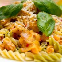 Lekkere pasta met tomatenroomsaus, paprika en spekjes   Smulweb.nl