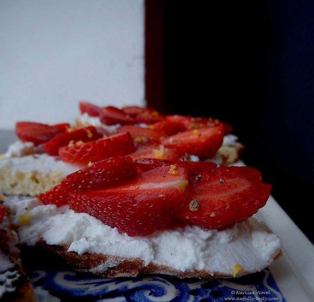 Bruschette cu ricotta si capsuni.  Ricotta and strawberry bruschetta.
