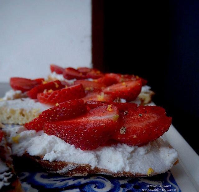 Bruschette cu ricotta si capsuni.  Ricotta and strawberry bruschetta.