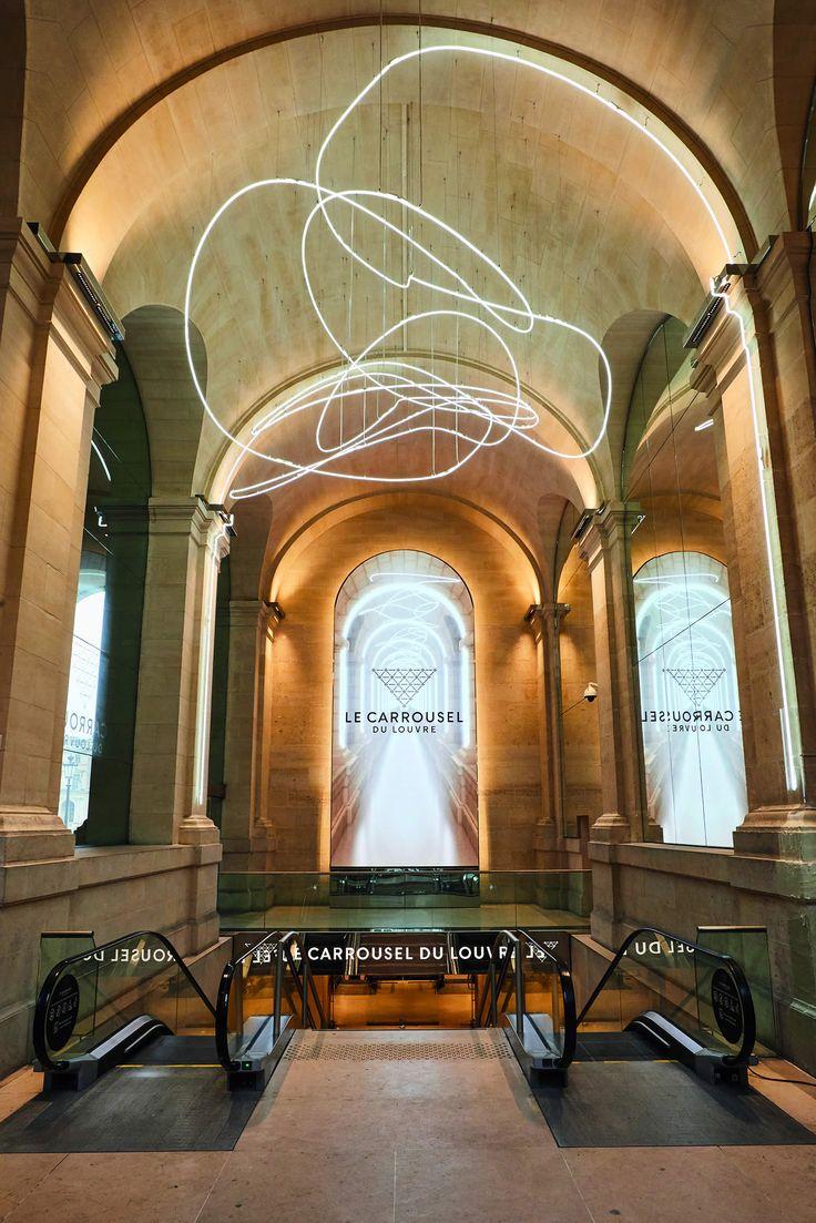 JEAN-MICHEL WILMOTTE : ARCHITECTE DE LA MESURE. Feutré, malin, discret, et en même temps omniprésent. Ainsi s'impose le nouvel éclat du Carrousel du Louvre. Un lifting orchestré par l'architecte Jean-Michel Wilmotte.