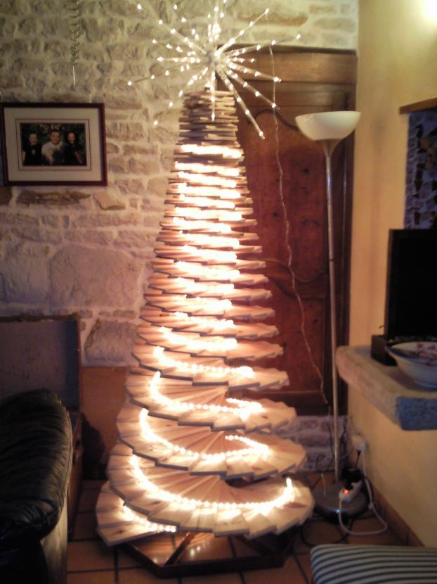 Christmas tree made with wood from pallets