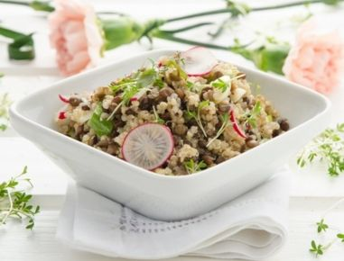 Für den Quinoa-Linsen-Salat Radieschen waschen, Blätter und Wurzeln entfernen und klein hacken. Quinoa in doppelter Menge Salzwasser weich dämpfen.