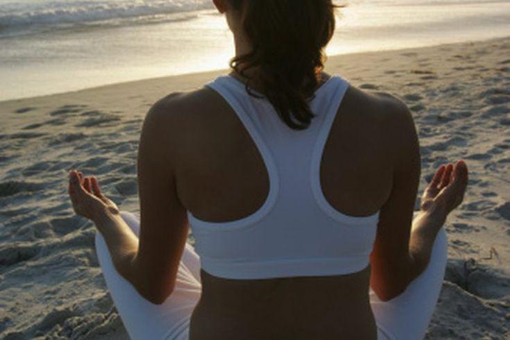 ¿Es mejor hacer yoga en la noche o temprano en la mañana?. Si eres una persona que se despierta al amanecer o un ave nocturna, la buena noticia acerca del yoga es que puedes hacerlo en cualquier momento que desees. Según Mary Pullig Schatz, autora del libro