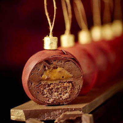Rêver.... Bûche Boule de Noël à la Réserve Paris par Patrick Roger Coque craquante chocolat noir, mousse au chocolat Équateur 70 %, crémeux caramel-beurre salée-tonha, biscuit cacao.