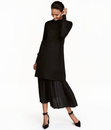 Black. Short dress in a soft, fine knit with wool content. Long sleeves and a ribbed mock turtleneck.