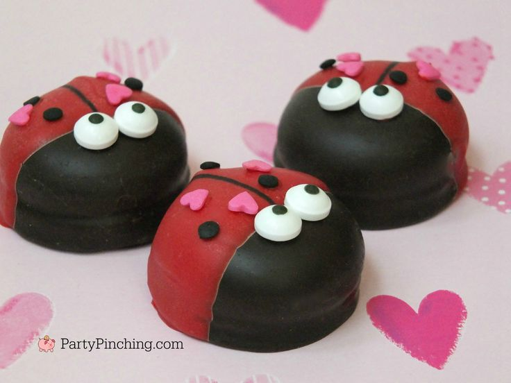 love bug marshmallow cookies, cute cookies for Valentine's Day, DIY Valentine's Day treat dessert, easy Valentine's Day dessert recipes, cute food, fun food for kids, easy Valentine's Day desserts, mallomars