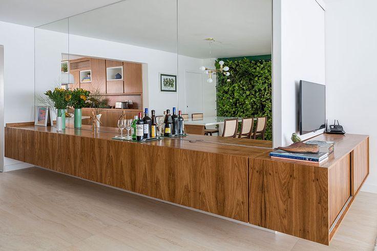 Apartamento pequeno com decoração moderna, decoração branca, integrada, iluminação natural, jardim vertical.