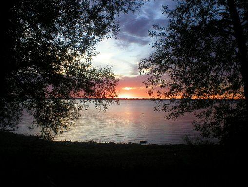 El lago Champlain es uno de los lagos más grandes de toda América del Norte, con una superficie superior a los 1.250 kilómetros cuadrados. Tal es su extensión que, haciendo frontera con Nueva York, atraviesa el país y deriva en Quebec, Canadá
