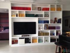 Дизайн белой гостиной, стеллаж для книг, телевизор в гостиной, белый стеллаж, стеллаж в гостиной