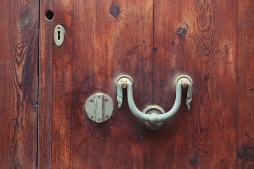 Kliky Dveří, Klepadlo, Dveře
