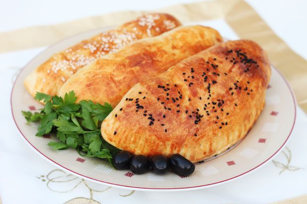 Peynirli zeytinli pogaca (Turkse gevulde broodjes met kaas en olijven)