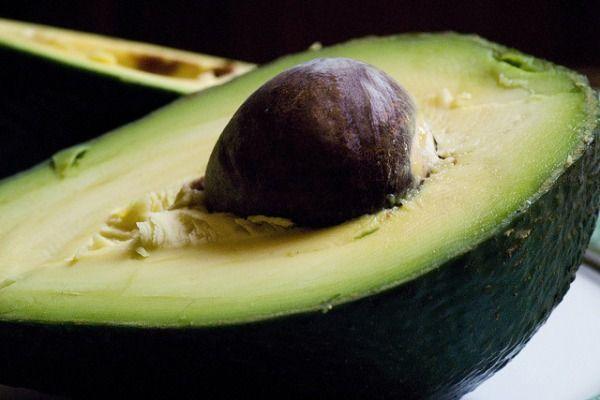 El aguacate es un fruto tropical famoso por su elevado contenido graso y valor calórico. Consumido con moderación, aporta multitud de propiedades al organismo. Es bueno para el corazón y el sistema nervioso y rico en antioxidantes y fibra