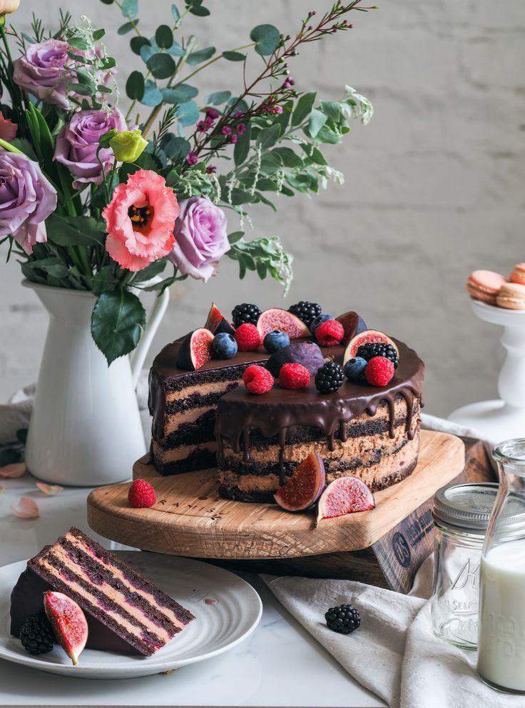 Торт Шоколадный  с пряной вишней. Шелковистый шоколадный бисквит с воздушным кремом из молочного шоколада с пряной вишней.