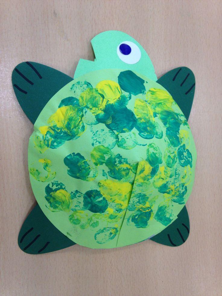 Schildpadklas: Schildpad voor de jongste kleuters.  Stempelen met kurken en doorknippen van ovalen.