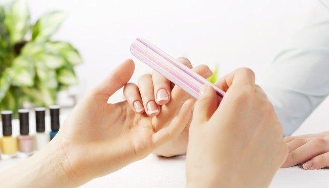 """Gut gepflegte Fingernägel sind für viele erstrebenswert. Doch manchmal haben diese Einkerbungen oder verfügen über weisse Stellen. Was steckt dahinter? Wir haben uns in Bezug auf die Gesundheit mit """"kaputten"""" Fingernägeln auseinandergesetzt."""