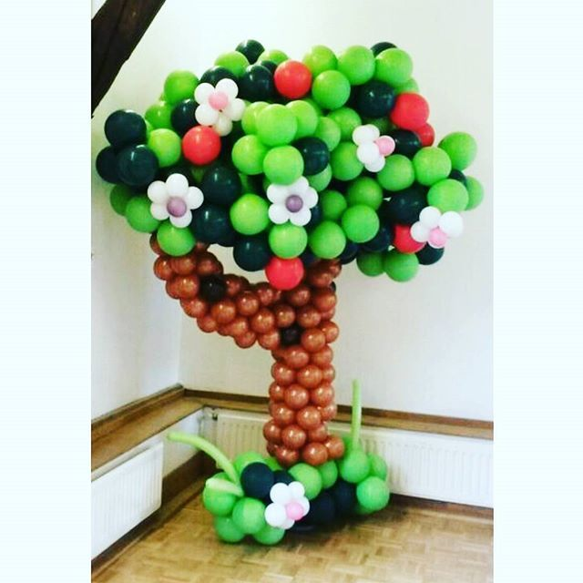 Another fantastic sculpture by the Aballoon team of tree for a garden party, bringing nature inside 🌳🎈 #balloons #sculptures #gardenparty #party #balloontree #trees #flowers #aballoon