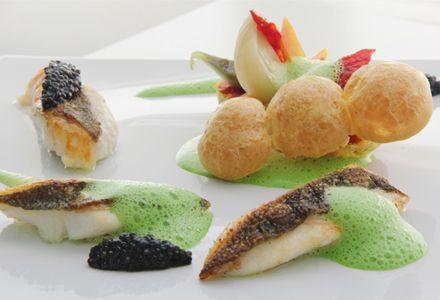 Filete de pez San Pedro asado con salsa de berros y 'gougères' de verduras confitadas #recipes #cuisine
