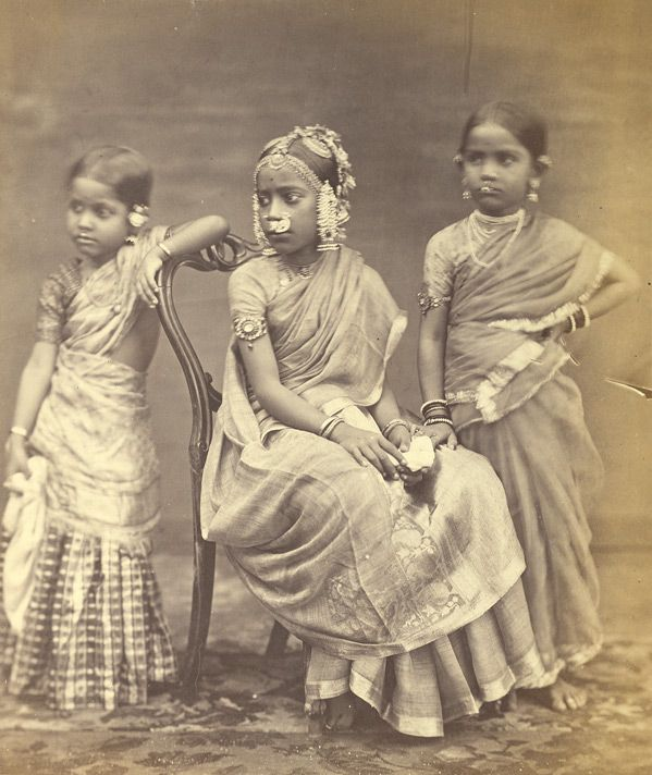 Studio portrait of Three Girls wearing jewellery-Madras(Chennai),Tamil Nadu,1870 ou Tatie Arletty au centre, Tatie Maryse à droite et Ma à gauche.