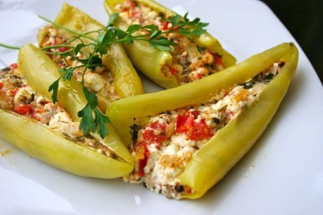 πεντανοστιμες Πιπεριές γεμιστές με τυρί φέτα! Ωραιότατο και πρωτότυπο μεζεδάκι για το ουζάκι σας. Υλικά συνταγής 10-12 πράσινες γλυκές πιπεριές [κέρατο] * 250 γρ. τυρί φέτα 2-3 ντομάτες κομμένες μικρά κομματάκια [χωρίς τα σπόρια της] 1/2 ματάκι μαϊντανό ψιλοκομμένο 150 γρ. μπέικον ή ζαμπόν ψιλοκομμένο [προαιρετικά] αλάτι – πιπέρι ελαιόλαδο Εκτέλεση συνταγής Πλένετε τις πιπεριές …