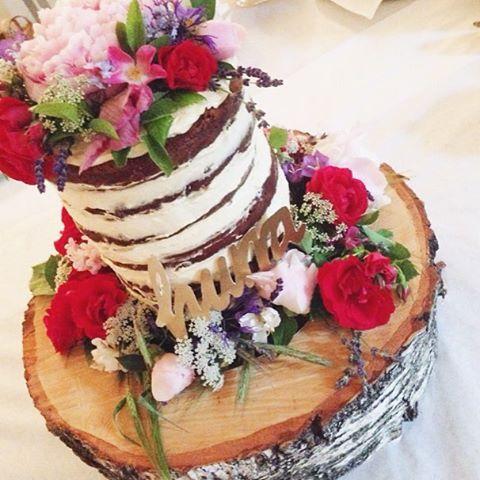 Og så fikk jeg lage selveste brullypskaka! Stas altså! Nå skal jeg roe ned bryllupsspamen. Kanskje. | And I made the wedding cake! Naked cake, off corse! #nakedcake #weddingmaker #unfrostedcake #cake #flowers #wedding #weddingcake #bryllup #bryllupskake #kake #food #chocholate #chocholatecake #idaogtormod