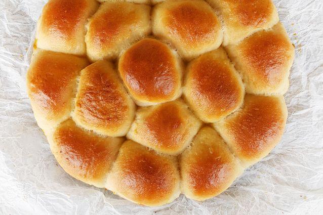 Il Danubio salato è una ricetta tipica napoletana. Composto da piccole brioche sofficissime e condite che diventano un'unica torta perfetta per i buffet.