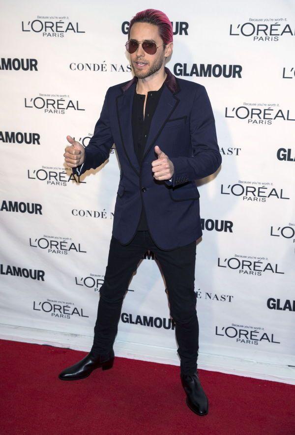 CASUAL: Skuespiller Jared Leto gikk for svarte jeans og en delvis oppkneppet, svart skjorte i stedet for dressen, og stilte i ekte kjendisstil med solbriller på den røde løperen.