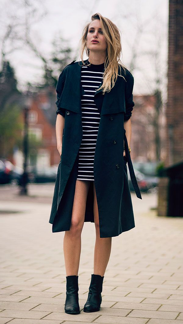 Street style look comk vestido listrado, ankle boot e sobretudo.