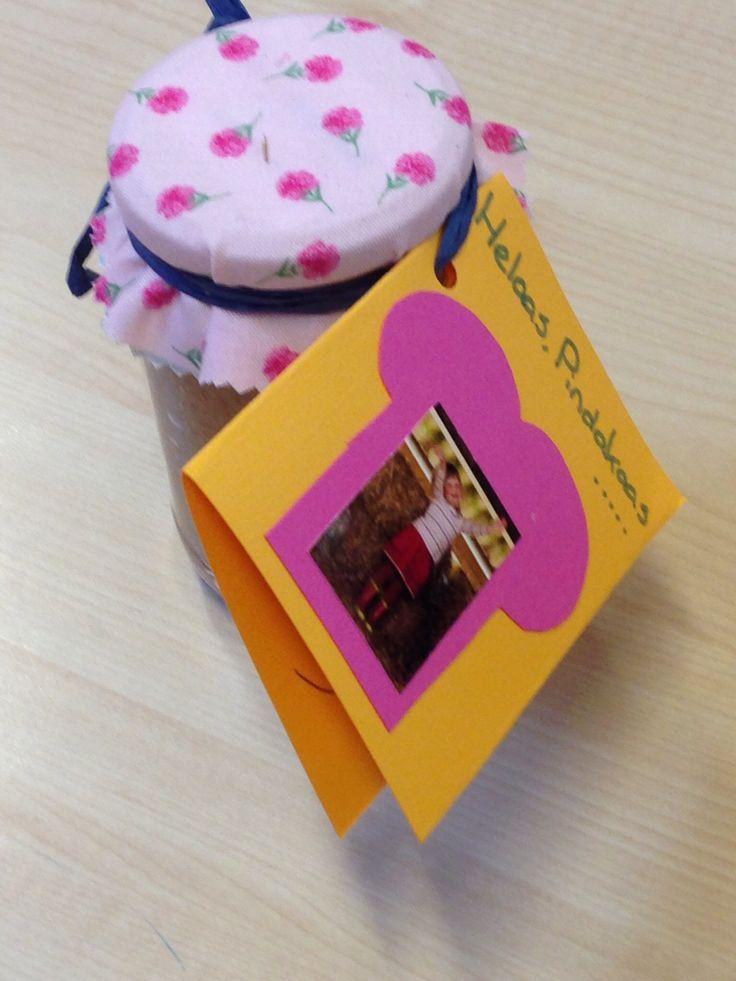 Helaas pindakaas, ik smeer 'm! Traktatie bij afscheid kinderdagverblijf. Home made pindakaas van de pindabranderij  (pindabranderij.nl) met eigen versiersel van lapje stof, kaartje en lintje.