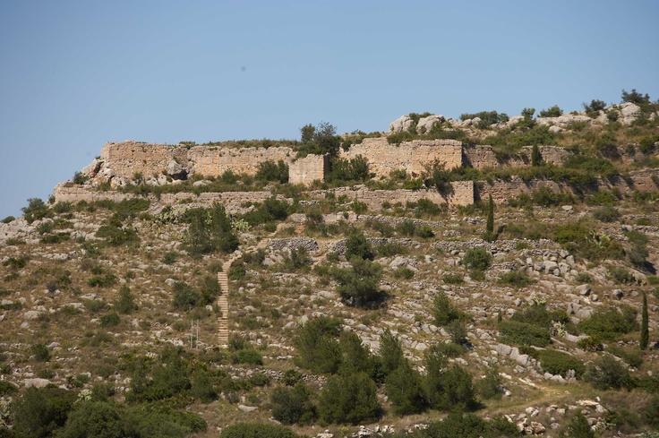 Castillo de Ambra. Se trata de un castillo musulmán que comenzó a construirse en la segunda mitad del siglo XII. Tenía como misión la de guardar el camino que comunicaba Pego con La Vall d'Ebo. Tras las revueltas de Al-Azraq se construyen 20 casas dentro del castillo, las cuales fueron abandonadas cuando se inició la construcción de la villa en 1280.