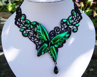 Wunderschöne Maske aus schwarzer Spitze im venezianischen Stil.  Sie wird von acht echten Juwel Käfer Flügeln (Elytra), sowie dutzenden smaragdgrünen Strasssteinen geziert.  Durch die asymetrische Form ist sie ein edler und geheimnisvoller Hingucker.  Das Material ist sehr leicht und angenehm zu tragen.   Die Juwel Käfer (Sternocera Aequisignata) leben in Thailand und werden dort auch als Nahrungsmittel gezüchtet.  Jeder Flügel hat einen eigenen einzigartigen Farbton, mit einem brillanten…