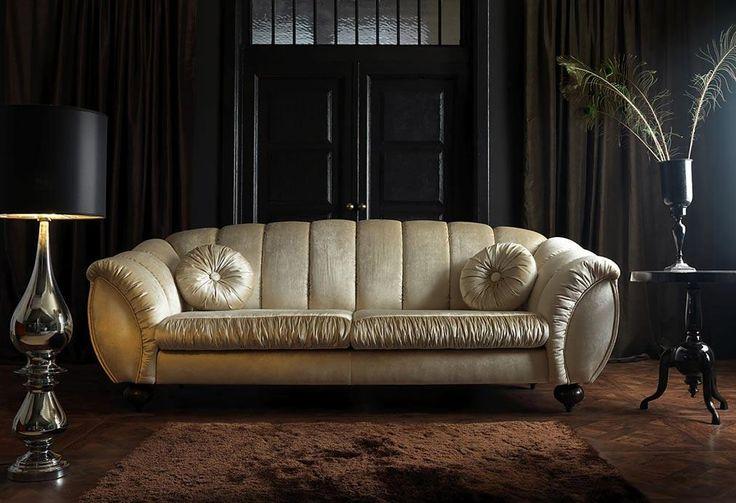 Glamour to krągłe, barokowe kształty i urokliwe wykończenia, które kuszą kiedy czujesz zmęczenie. Poczuj się dworsko.