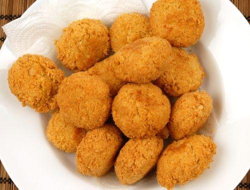 Kikärtsbiffar. Vegetariska biffar med kikärtor är gott med klyftpotatis; eller råris; quinoa; cous cous samt sås som tzatziki eller hummus samt tomatsallad.