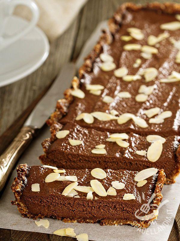 La Crostata crudista di datteri mandorle e cioccolato è un dessert strepitoso, gustosissimo e soprattutto facile. Con la sua originalità stupirà tutti!