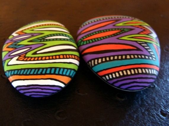 130, Les inséparables, galets peints à l'acrylique aux couleurs vives et…