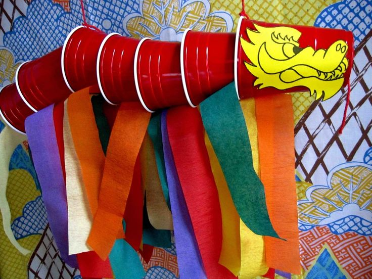 Čínský drak z kelímků a krepového papíru.
