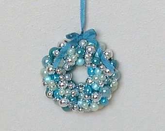 1:12 u.a. Tür- & andere Kränze!   Sparkling Christmas Ornaments Wreath - 'Ice blue' - Blue and silver - scale dollhouse miniature (HH12)