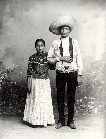"""The people of Mexico """"Pareja de pie"""" (c. 1905), foto de Romualdo García antologada en Retratos de mexicanos 1839-1989 (Río de Luz, FCE, 1991)"""