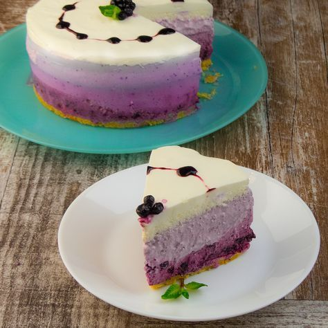 Vă prezentăm o rețetă unică de cheesecake cu afine, cum n-ați mai întilnit până acum. Este un desert fin, ușor și cu un aspect ce o să fure privirile tuturor. Datorită compoziției sale mai puțin