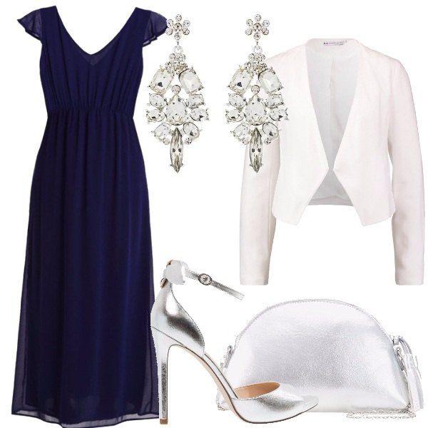 Sandali con tacchi alti, griffati Guess e pochette in similpelle in color argento per questo outfit composto dall'abito blu, lungo, con schiena scoperta e dal blazer bianco. Gli orecchini pendenti sono splendidi e daranno la giusta luce al volto.