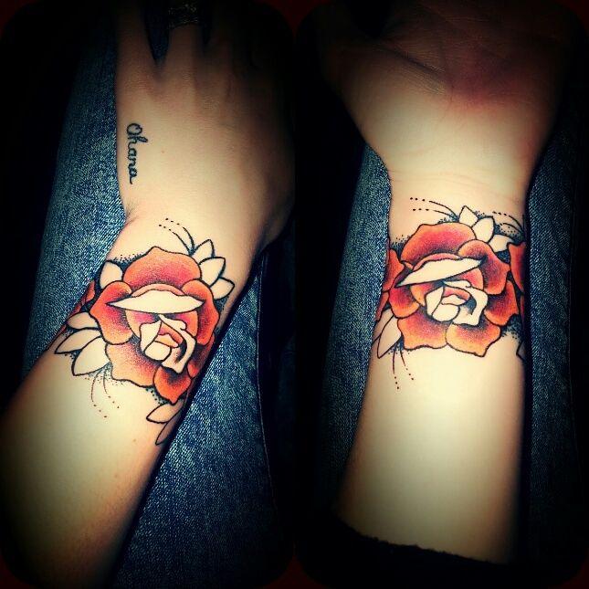 Tatouage bracelet rose sur le poignet tatouage femme poignet pinterest tatouages bracelet - Tatouage bracelet poignet femme ...