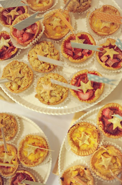 Details: mini-pies for guests who don't prefer cakePreferences Cake, Minis Pies, Pies Ideas, Cake Wedding, Pies Turnovers, Mini Pies, Dr. Who, People, Wedding Details