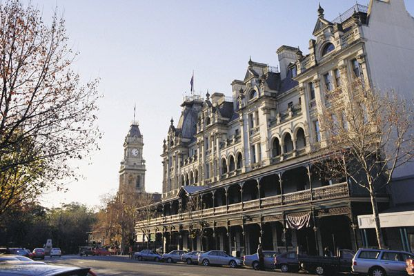 Bendigo :)   Bendigo is a major regional city in the state of Victoria, Australia, located very close to the geographical centre of the state and approximately 150 kilometres north west of the state capital Melbourne.