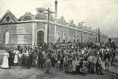 Greve Geral de 1917 acontecendo na frente do Cotonifício na Mooca em São Paulo/SP.Uma das mais importantes mobilizações operárias da história do Brasil. Foto de Cida Vasconcellos