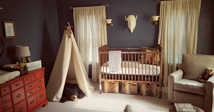 Southwestern Nursery Decor Ideas - from the faux fur storage baskets to that chic buffalo head decor, this room is rustic and cool!