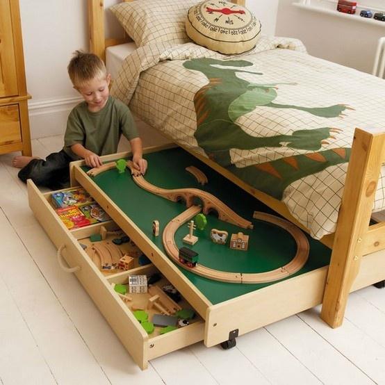 gaveteiro embaixo da cama com pista de trem brinquedos criança quarto