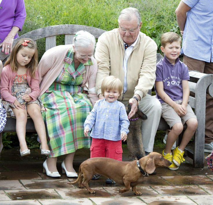 Summer picture of the Royal Danish Family with the dachshund Helike wearing a custommade VOSS BY VOSS collar.