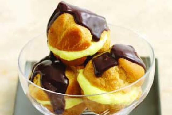 Profiteroles au chocolat chaud et sauce à l'orange