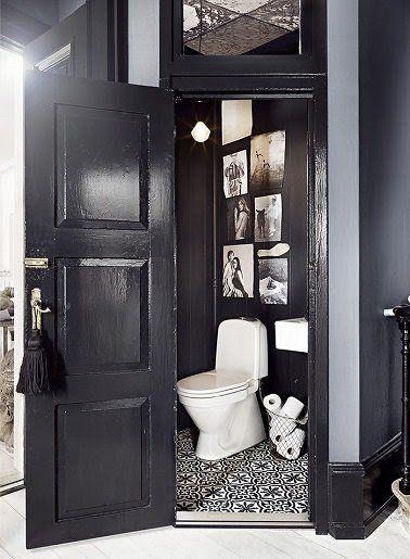 Des carreaux de ciment au sol pour un WC noir top